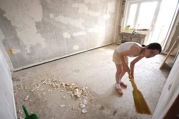 Помните, что перед укладкой подложки нужно тщательно очистить поверхность пола