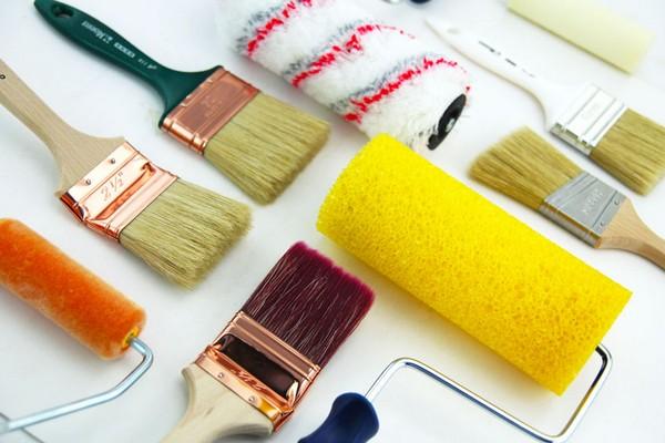 Перед началом покраски пола лучше приготовить несколько валиков и кистей разной длины, ширины и формы