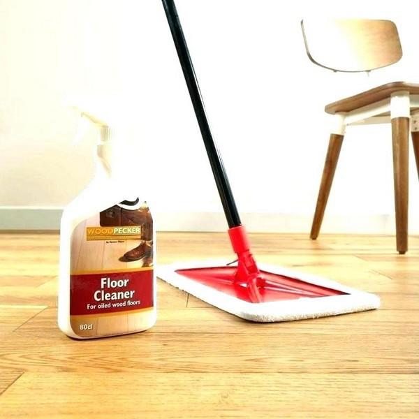 Лучше использовать специальные средства для уборки ламинированного пола