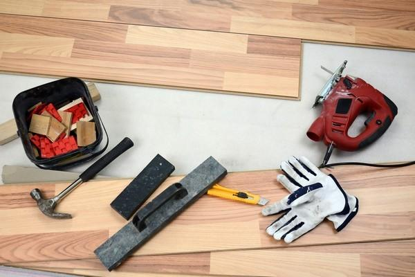 Для монтажа ламината нужно подготовить инструменты