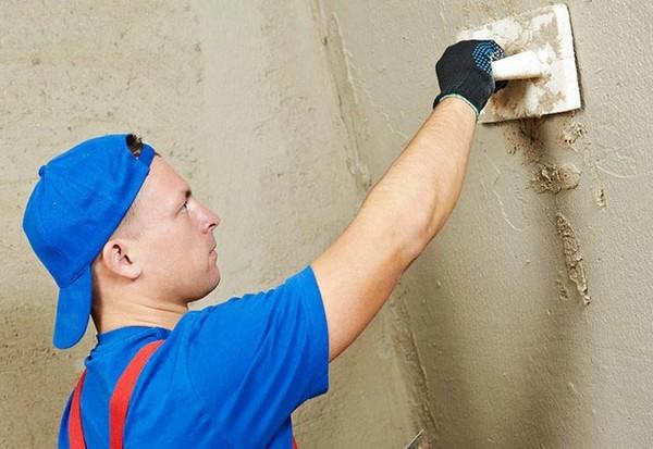 Можно выровнять и стены плиточным клеем