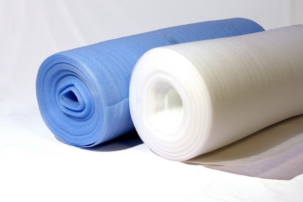 Для больших помещений лучше приобретать подложки в рулонах