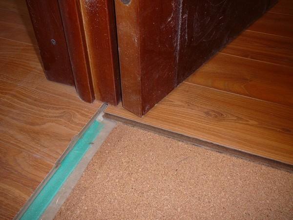Лучше устанавливать дверную коробку уже после укладки ламината на линолеум