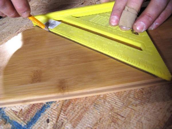 На доске нужно наметить линию среза и обрезать плашку ламината по ней