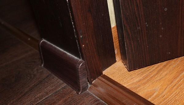 Между стеной и напольным покрытием должен остаться зазор в 10 мм, который закроется плинтусом