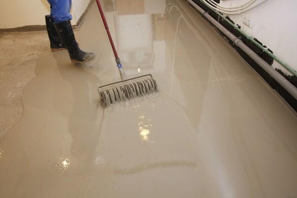 Производить монтаж наливного пола можно только спустя месяц после заливки бетонной стяжки