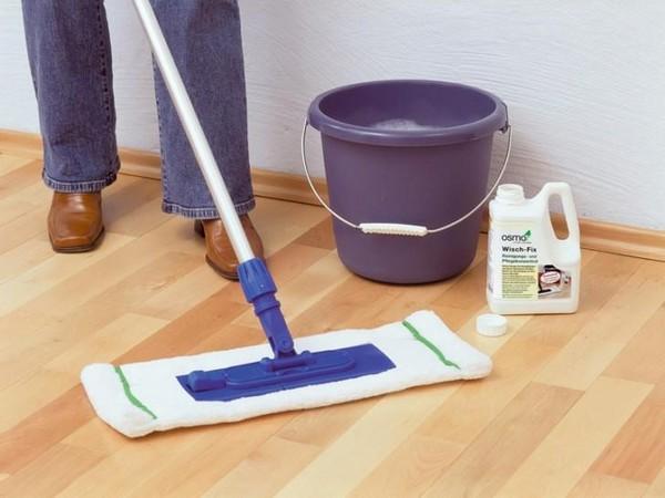 При уборке ламината стоит использовать едва влажную тряпку