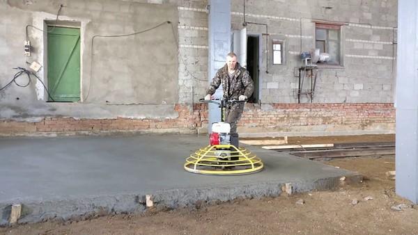 Затирка бетона производится с помощью специального оборудования