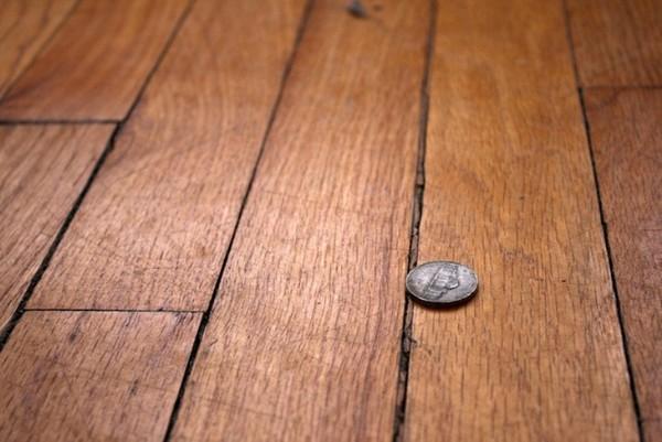 Если расстояние между лагами не было соблюдено, высока вероятность, что уложенный поверх деревянный пол будет скрипеть