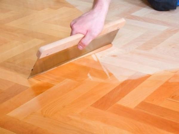 Чтобы превратить обычный ламинат в водостойкий, используют клей и полиуретановый лак – ими обрабатывают покрытие