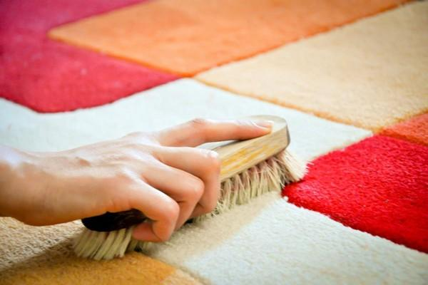 Если проходимость в помещении достаточно высокая, лучше не выбирать светлые ковры