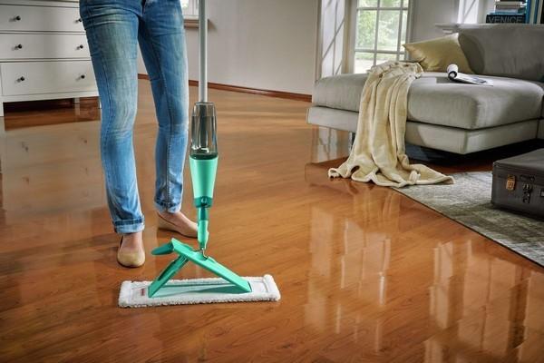 Ламинат стоит мыть очень аккуратно, чтобы не повредить покрытие