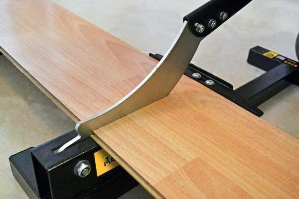 Важно делать только ровные срезы – иначе можно сильно испортить покрытие, что отразится на тратах