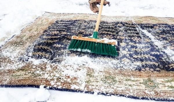 Зимой можно попробовать очистить ковер снегом
