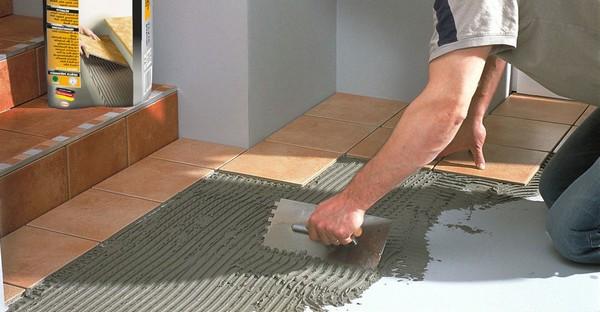 Если где-то клея оказалось недостаточно и плитка не зафиксировалась, нужно добавить свежего состава, аккуратно подняв ее