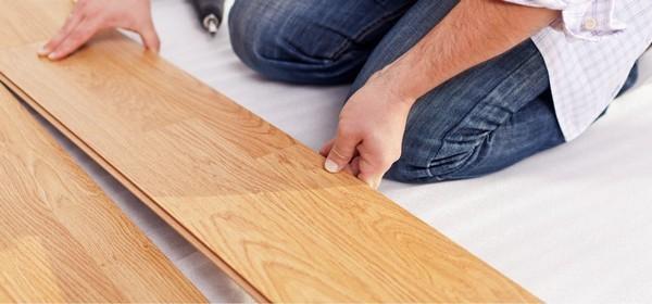 Более дешевым водостойким ламинатом считается тот, что изготовлен с использованием полимерно-древесных композитных материалов