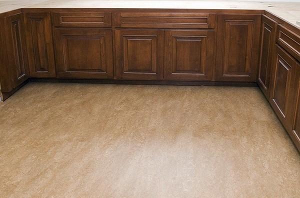 Натуральный материал на полу кухонного помещения