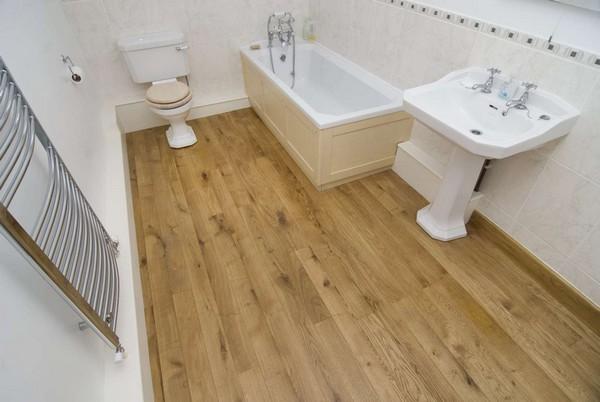 Обычный ламинат для ванной комнаты не подойдет – из-за постоянной повышенной влажности покрытие просто перестанет правильно «работать»