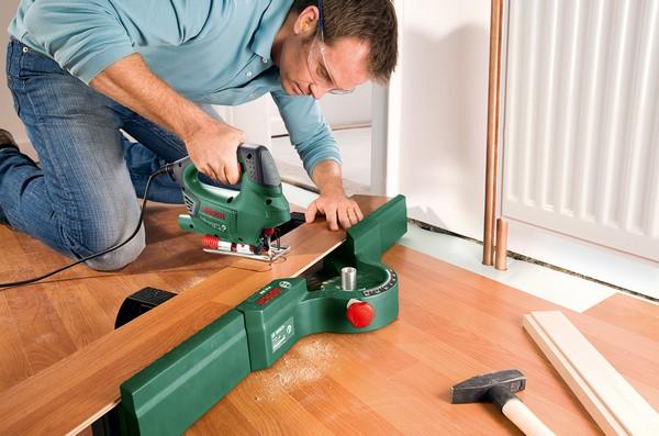 Довольно просто нарезать ламинат электрическим лобзиком – для этого не потребуется особых навыков, нужно лишь соблюдать технику безопасности