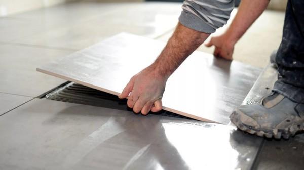 Определить, высохла ли плитка, можно, постучав по ней и попробовав ее приподнять