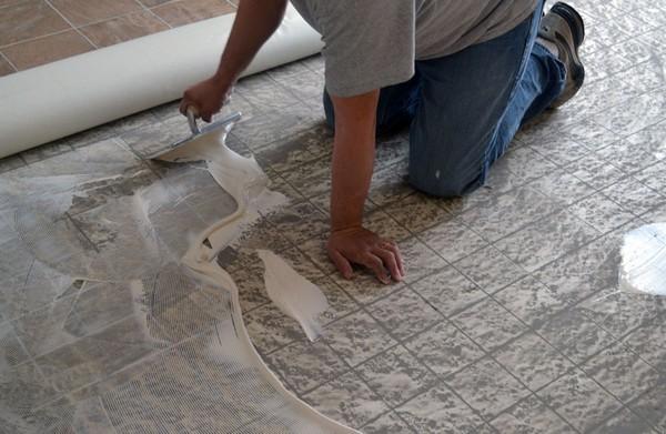 Линолеум можно приклеивать прямо к черновому полу из бетона