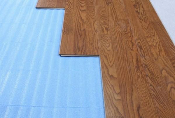 Отлично, если подложка под ламинат, уложенная на втором этаже дома, будет хорошо пропускать тепло