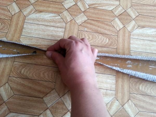 Если линолеум имеет сложный рисунок, важно, чтобы он совпал на стыках