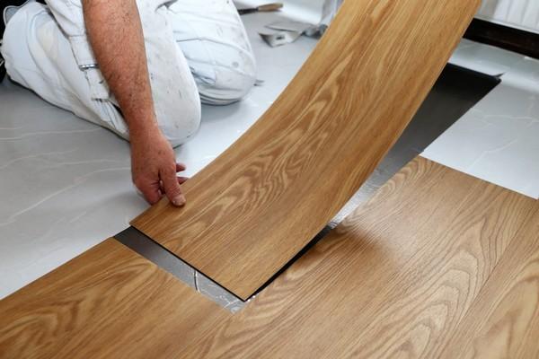 Монтаж гибкого ламината довольно прост, и с ним может справиться даже неопытный в ремонте человек