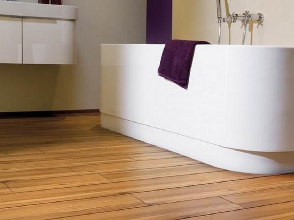 Для ванной комнаты подойдут водостойкий и влагостойкий ламинаты