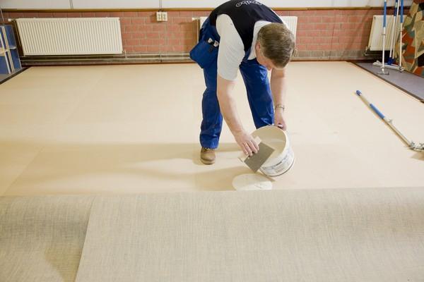Специалисты утверждают: в помещениях площадью более 10 квадратных метров линолеум обязательно нужно дополнительно фиксировать, например, с помощью клея
