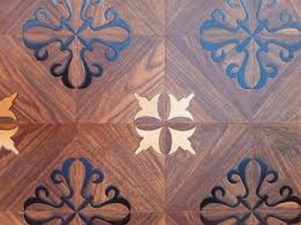 Можно приобрести ламинат с различными рисунками, под кожу, под камень или дерево