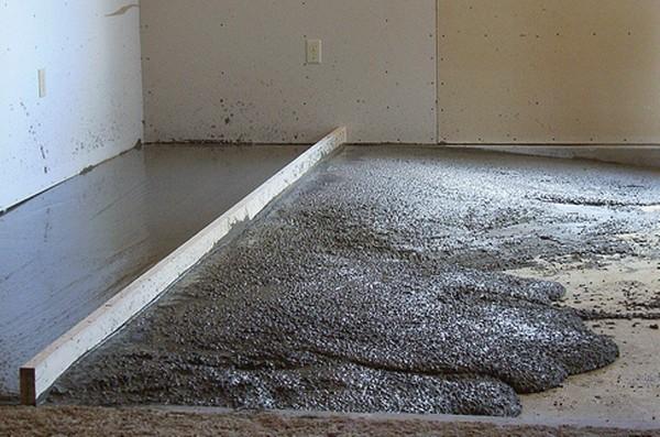 Многие предпочитают заливать стяжку из цемента и песка