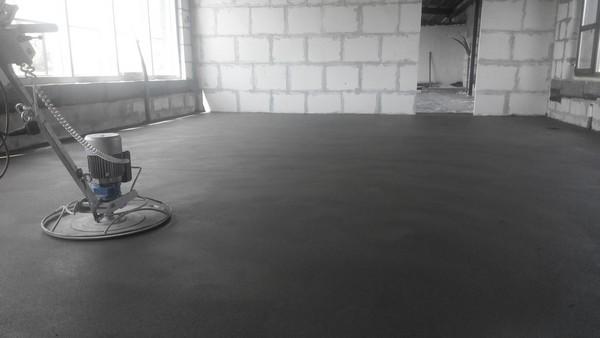 Выравнивать поверхность перед механизированной стяжкой нет нужды