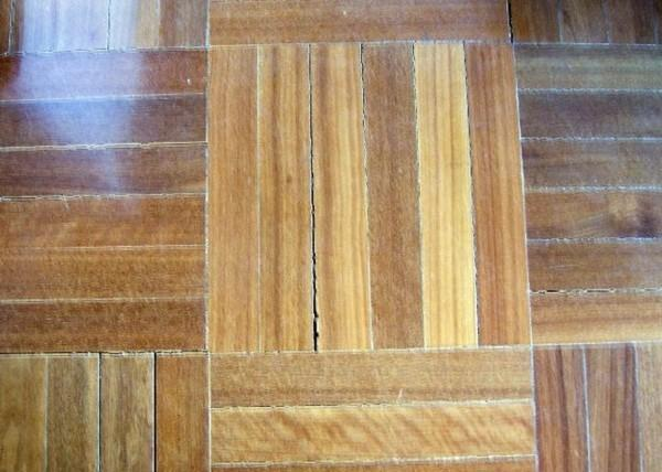 Широкие швы между паркетин, образовавшиеся в деревянном покрытии