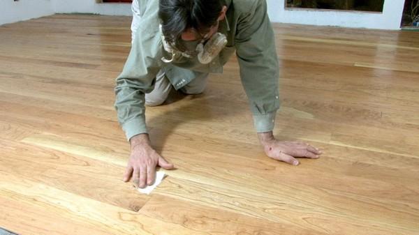 Если вы укладываете мармолеум на деревянное основание, обязательно качественно подготовьте его