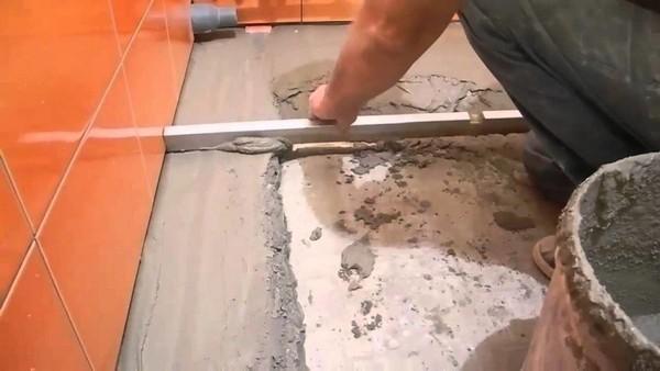 С помощью плиточного клея можно выровнять пол, устранить разные неровности, выемки