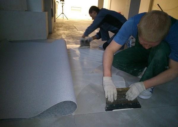 Важно учитывать, что в случае использования клея придется более долгий период времени заниматься монтажом напольного покрытия