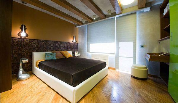 Прекрасно выглядит диагонально уложенный ламинат в спальне