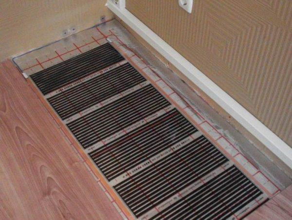 Если плитка укладывается поверх теплого пола, нужно, чтобы одна и та же температура (не менее 18 градусов тепла) сохранялась на протяжении минимум трех дней