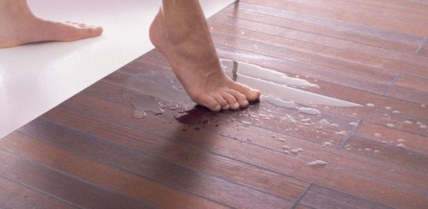 Можно выбрать ламинат с противоскользящим покрытием – для ванной комнаты это особенно актуально
