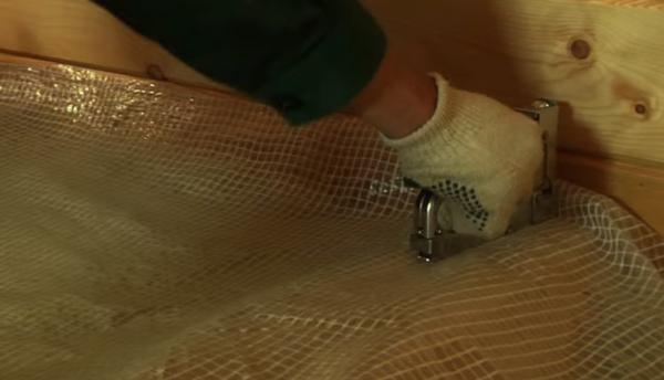 Закрепляют пароизоляционный материал с помощью степлера или специальной клейкой лентой