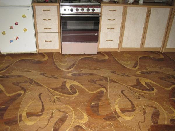 Лучше использовать линолеум с антискользящим покрытием, особенно для кухни, ванной и прихожей