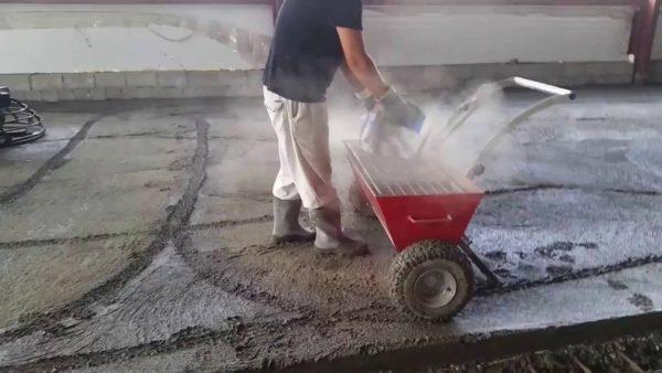 Топпинги обычно применяются для уплотнения бетона на открытых площадках или в больших помещениях, где возможны большие нагрузки