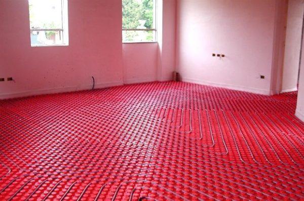 Обычно водяной теплый пол «заковывается» в бетонную стяжку, а сверху настилается линолеум