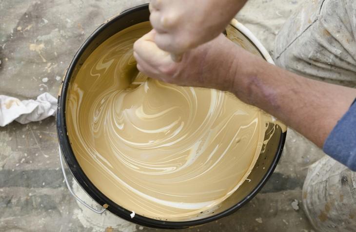 Краску при необходимости нужно развести специальным растворителем и тщательно размешать