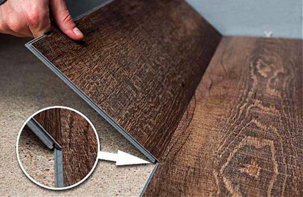 Есть виниловый паркет без крепежей – детали плотно прижимаются друг к другу, а у стен фиксируются плинтусами