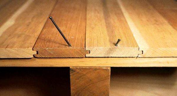 Можно уложить пол из шпунтованных досок на фанеру, под которой находится старое напольное покрытие
